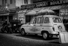 在Nazare停放的葡萄酒汽车,葡萄牙 免版税库存图片