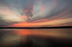 在Necko湖, Masuria,波兰的Colorfull日落 免版税库存图片