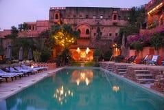 在neemrana堡垒宫殿的水池 免版税库存照片