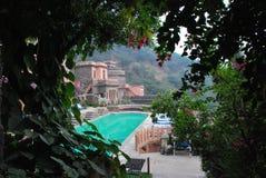 在neemrana堡垒宫殿的水池 免版税库存图片