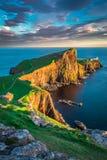 在Neist点灯塔的黄昏在斯凯岛,苏格兰小岛  免版税库存图片