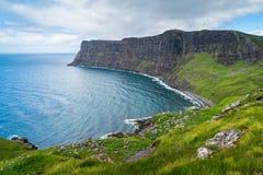 在Neist点附近的风景视域在斯凯岛,苏格兰小岛  免版税库存图片