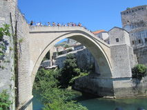 在Neretva河,莫斯塔尔,波黑的老石桥梁 免版税库存图片
