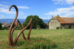 在Nernier电烙Sculture,上萨瓦省法国中世纪村庄  免版税库存照片