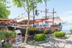 在Nessebar,保加利亚钓鱼一条风船的甲板的餐馆在海滩的 库存图片