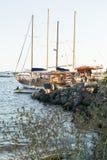 在Nessebar,保加利亚,夏天下午海湾的小船  免版税库存照片