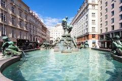 在Neuer Markt广场的Donnerbrunnen喷泉 库存照片