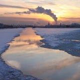 在neva河日落之上 库存图片