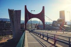 在Nevion河的Zubizuri桥梁在毕尔巴鄂,西班牙 免版税库存图片