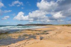 在Newquay和Padstow之间的海滩和海岸康斯坦丁海湾康沃尔郡英国英国康沃尔北部 免版税图库摄影