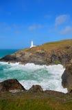 在Newquay和Padstow之间的灯塔北部康沃尔郡海岸 免版税库存图片