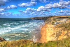 在Newquay和Padstow之间的水门海湾康沃尔郡英国英国北海岸在五颜六色的HDR 免版税库存图片