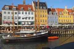 在Neyhavn江边的街道咖啡馆在哥本哈根 库存图片