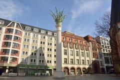 在Nikolaikirche之外的一个单一棕榈被冠上的专栏在Ritterstrasse在莱比锡 库存图片