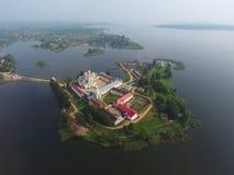 在Nilo-Stolobensky修道院的鸟瞰图Seliger湖的 免版税库存图片