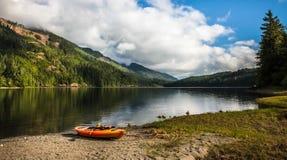 在Nimpkish湖前面的皮船 库存图片