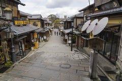 在Ninen-zaka街道卖的装饰日本伞 免版税库存图片