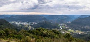 在Ninho das Aguias老鹰` s巢的全景在新星Petropolis,南里奥格兰德州,巴西 免版税库存图片