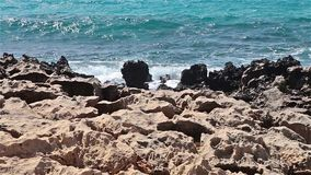 在Nissi海滩附近的美丽的岩石在塞浦路斯海岛上 影视素材