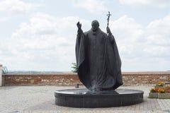 在Nitra城堡教会庭院的教宗若望保禄二世公开雕象 免版税库存照片