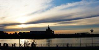 在Nizhnevolzhskaya堤防的日落 免版税库存图片