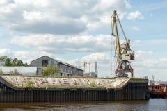 在Nizhny Novgoro端起在货物内河港的起重机在Strelka 免版税库存图片