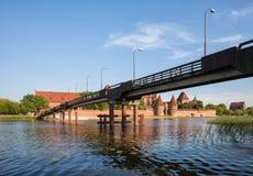 在Nogat河的桥梁向马尔堡城堡 免版税库存图片