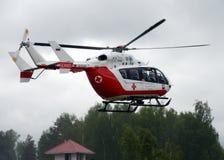 在Noginsk俄罗斯的抢救中心EMERCOM的范围的直升机紧急医疗援助EU-145国际沙龙`的Integr 库存照片