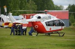 在Noginsk俄罗斯的抢救中心EMERCOM的范围的直升机紧急医疗援助EU-145国际沙龙`的Integr 免版税库存照片