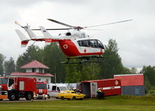 在Noginsk俄罗斯的抢救中心EMERCOM的范围的直升机紧急医疗援助EU-145国际沙龙`的Integr 库存图片