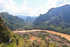 在Nong附近Khiaw村庄的惊人的石灰石风景由Nam Ou河的, 库存图片