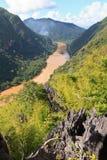 在Nong附近Khiaw村庄的惊人的石灰石风景由Nam Ou河的, 免版税图库摄影