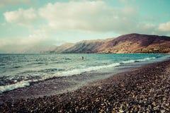在Nopigia,克利特的多岩石的海滩 免版税库存图片