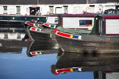 在Norbury连接点的运河驳船在萨罗普郡,英国 库存照片