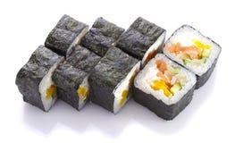 在nori的寿司卷用三文鱼被隔绝的乳酪和菜 免版税库存图片