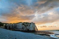 在normandie法国的Etretat海滩 免版税图库摄影