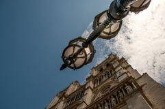 在Notre Dame前的灯笼 免版税库存图片