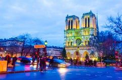 在Notre Dame大教堂教会的日落场面在巴黎 免版税库存图片