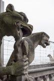 在Notre Dame的两个面貌古怪的人 库存照片