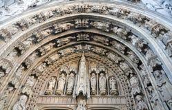 在Notre Dame du Sablon,布鲁塞尔教会的入口的石雕刻  免版税库存图片