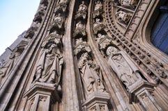 在Notre Dame du Sablon,布鲁塞尔教会的入口的石雕刻  免版税库存照片