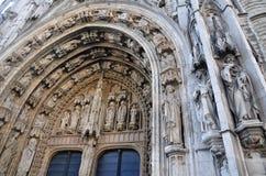 在Notre Dame du Sablon,布鲁塞尔教会的入口的石雕刻  库存照片