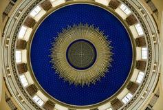 在nouveau里面的艺术美丽的圆屋顶 库存图片