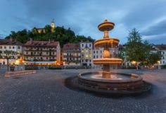 在Novi Trg街道的喷泉在卢布尔雅那在夜之前 免版税库存图片