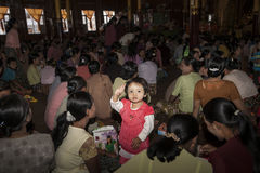 在novitiation仪式的人群。 图库摄影