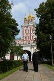 在Novodevichy女修道院的保护的警察 Novodevichy Bogoroditse-Smolensky修道院-正统女修道院在D的莫斯科 免版税图库摄影