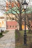在Novodevichy女修道院的美丽如画和很好被维护的疆土的里面胡同 莫斯科 免版税库存照片