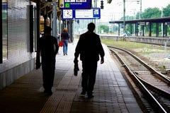 在NS火车站乌得勒支,荷兰,荷兰现出轮廓人 免版税库存照片