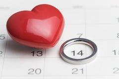 在nuber 14日历的婚姻圆环与红色心脏形状使用  免版税库存图片