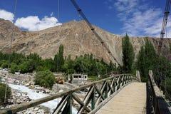 在Nubra谷的小桥梁在Turtuk, Leh拉达克 免版税库存照片